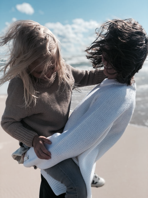 sweater-Suzy-white-by-the-sea